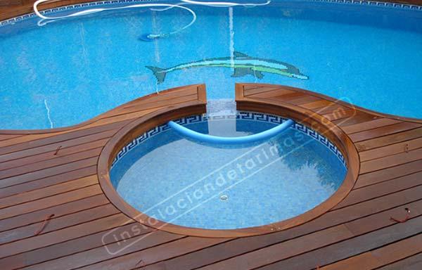 Foto de tarima exterior para piscinas con forma circular, con mamperlán curvo