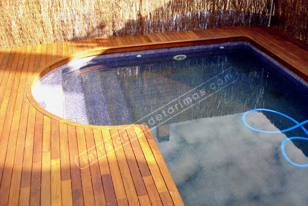 tarima exterior para piscinas con mamperlán curvo