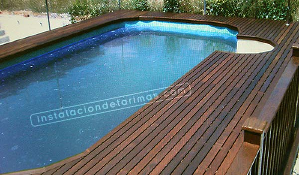 tarima para piscina de ipé con curvas formadas con tramos de mamperlán rectos