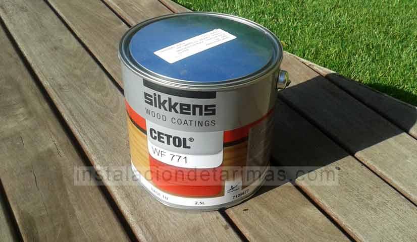 Foto de saturador cetol w711 de sikkens sobre una tarima gris de exterior
