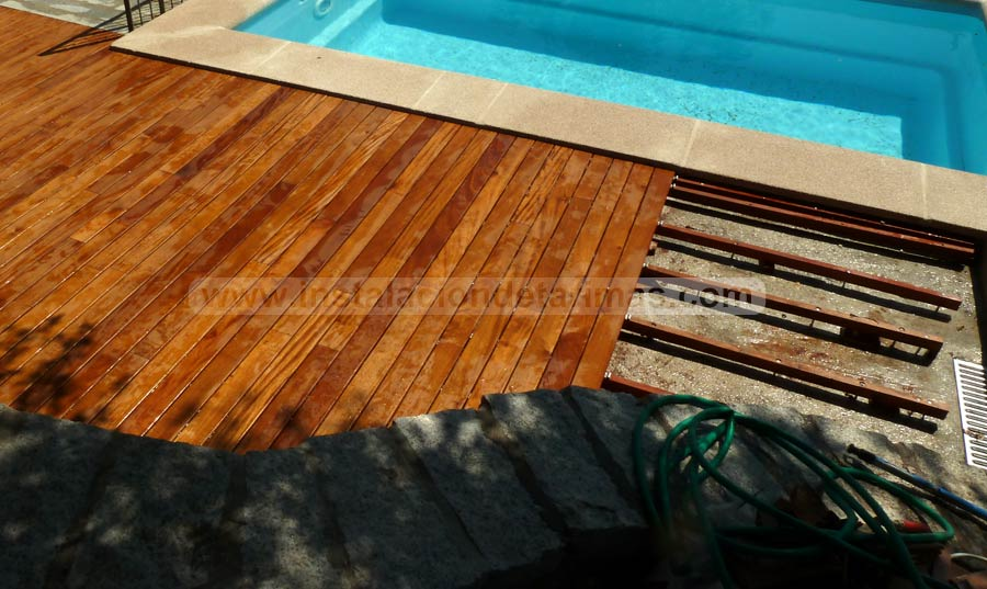 Suelo para instalar una tarima de exterior con rastreles y piscina