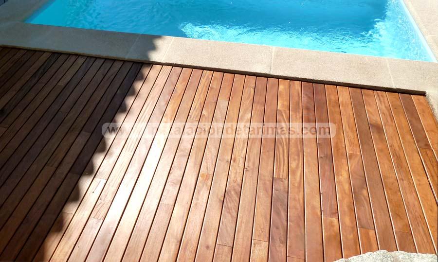 Tarima de exterior de madera de grapia para una piscina