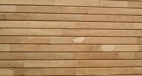 Tarima de cladding recubriendo una fachada