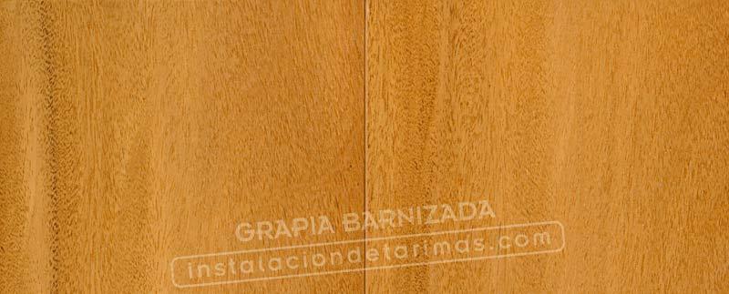foto de tarima de madera de grapia barnizada en fábrica con microbisel