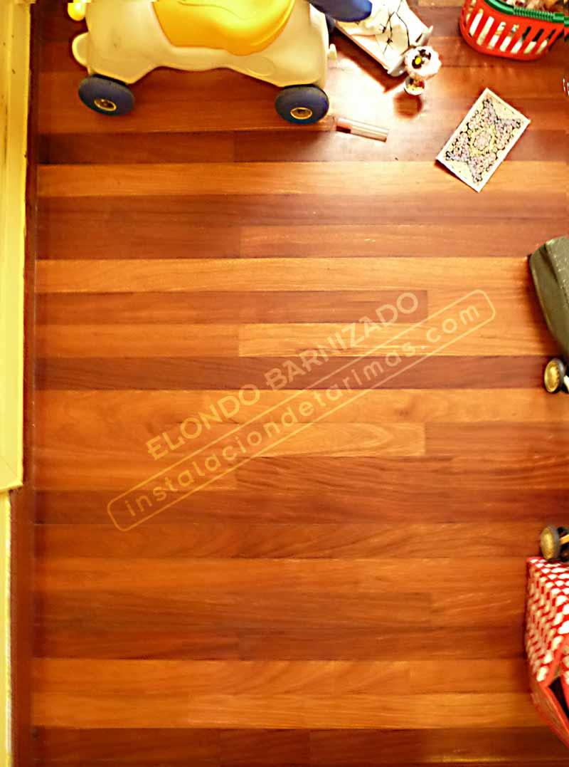 suelo de elondo barnizado con juguetes