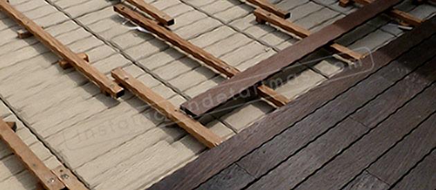 foto del proceso de la instalación de tarima en la que se ven los rastreles de madera tropical