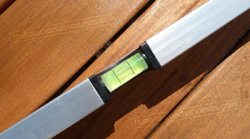 niveles en la tarima de exterior para la instalación de los rastreles
