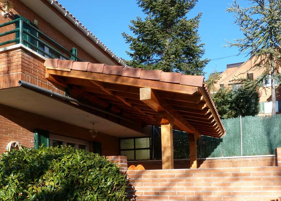 Diseño y colocación de porches de madera en fachada de ladrillo.