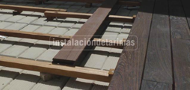 foto de instalación de tarima exterior con rastreles tropicales
