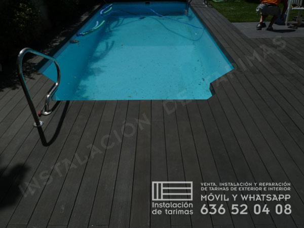 foto de una piscina rodeada de tarima sintética de exterior